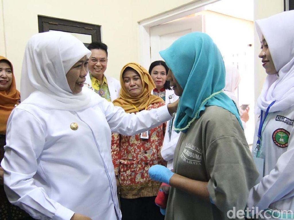 Sambangi RSJ Menur, Khofifah Temui Gadis Kediri yang Makan Jarinya