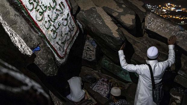 Peziarah bermunajat di Gua Hira, Jabal Nur (Bukit Cahaya), Makkah Al Mukarramah, Arab Saudi, Sabtu (4/5/2019) dini hari. Gua Hira merupakan tempat untuk pertama kalinya Nabi Muhammad SAW menerima wahyu dari Allah SWT melalui malaikat Jibril. ANTARA FOTO/Aji Styawan/foc.