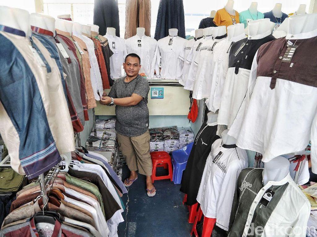 Mengais Rezeki dengan Jualan Baju Muslim di Bulan Suci