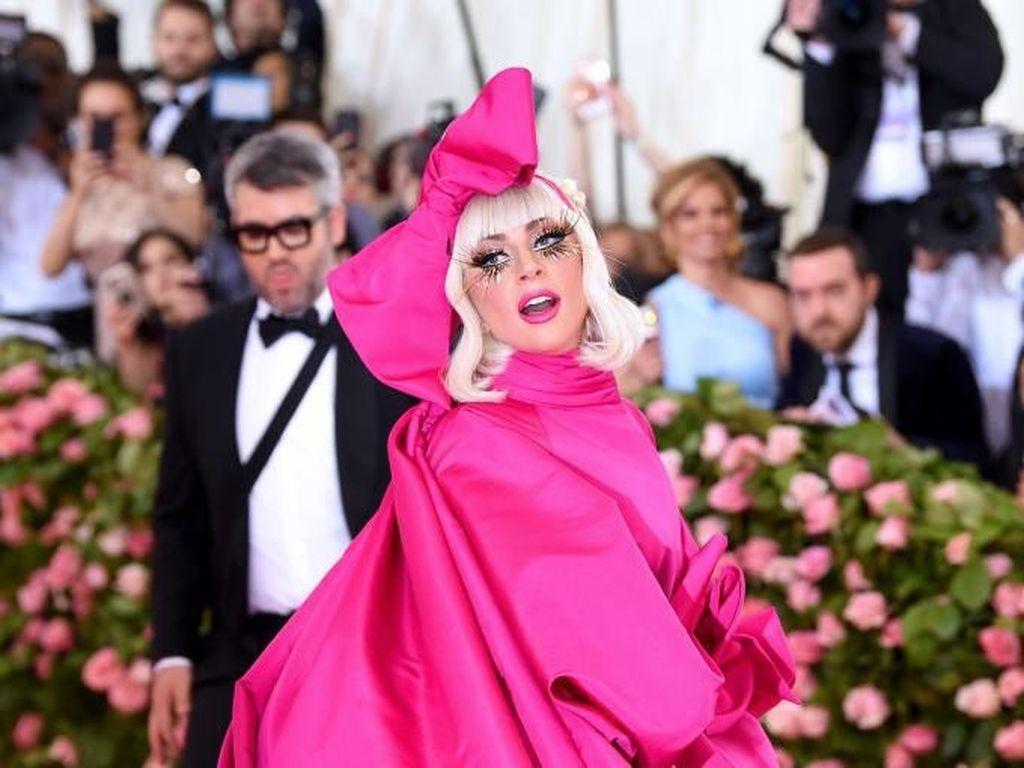 Gaya Heboh Lady Gaga, 4 Kali Ganti Baju di Karpet Merah MET Gala 2019