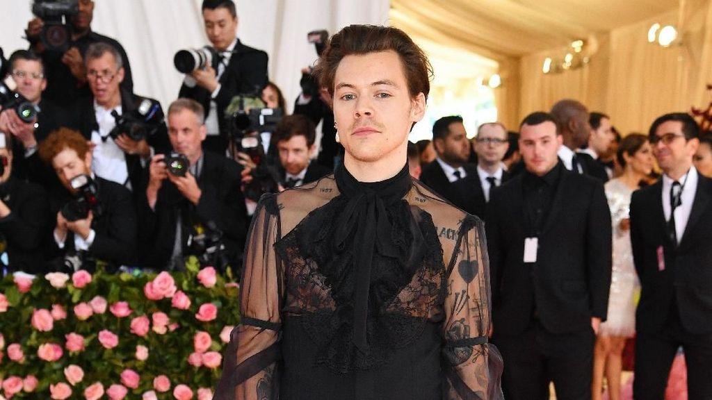 Harry Styles Kenakan Blus Transparan dan High Heels di Met Gala 2019