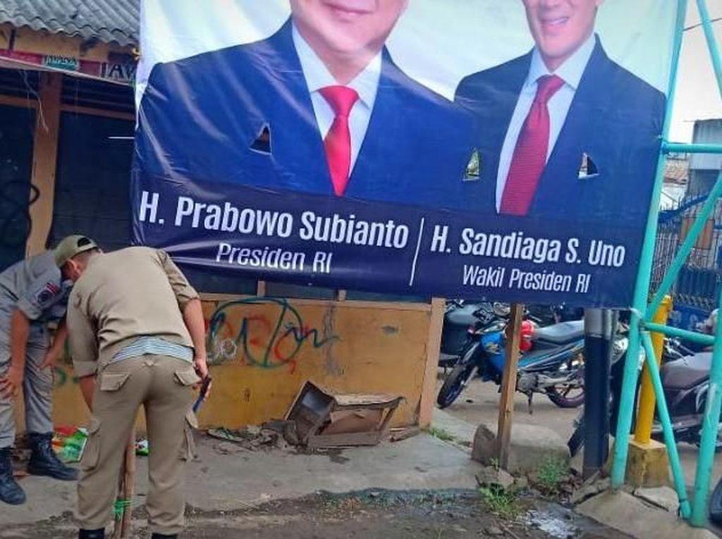 3 Baliho Klaim Kemenangan Prabowo-Sandi di Bekasi Diturunkan Satpol PP