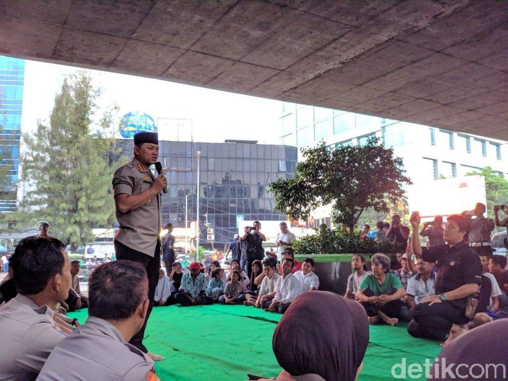 Polres Jakbar Buka Puasa dan Dialog Bareng Pengamen-Pengasong di Kolong Slipi