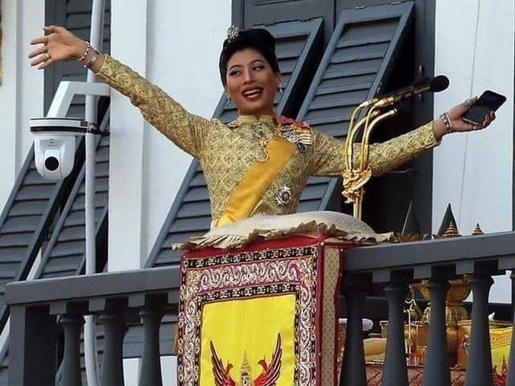 Foto: Putri Thailand yang Curi Atensi Saat Penobatan Raja, Sibuk Pegang HP