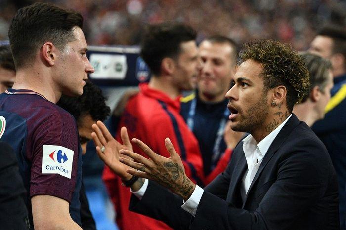 Duo PSG Neymar dan Julian Draxler dikabarkan nyaris berkelahi. (Foto: Franck Fife / AFP)