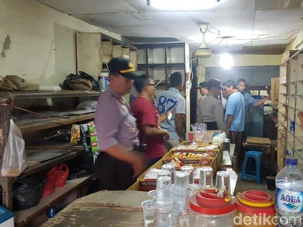 Geledah Toko Obat di Bekasi, Polisi Temukan Sejumlah Botol Miras