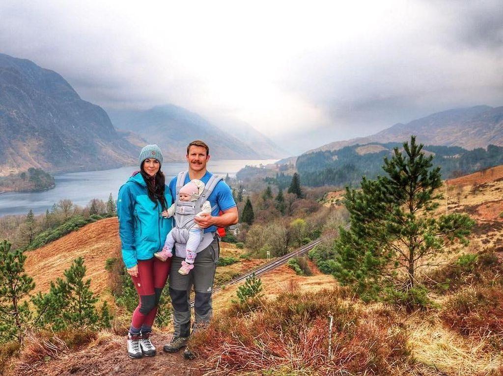 Pasangan Ini Bawa Bayi 5 Bulan Mendaki Gunung