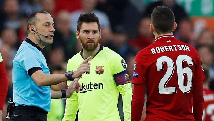 Soccer Football - Champions League Semi Final Second Leg - Liverpool v FC Barcelona - Anfield, Liverpool, Britain - May 7, 2019  Referee Cuneyt Cakir talks to Liverpools Andrew Robertson as Barcelonas Lionel Messi looks on  REUTERS/Phil Noble
