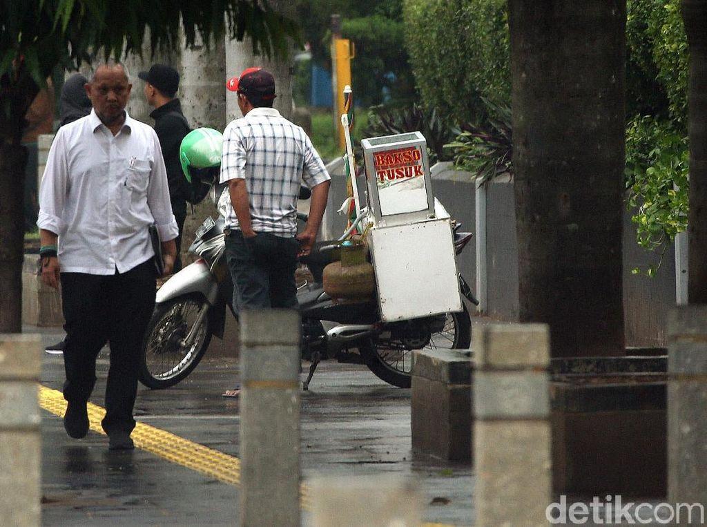 Ada Spanduk Larangan, PKL Masih Dagang di Trotoar Sudirman