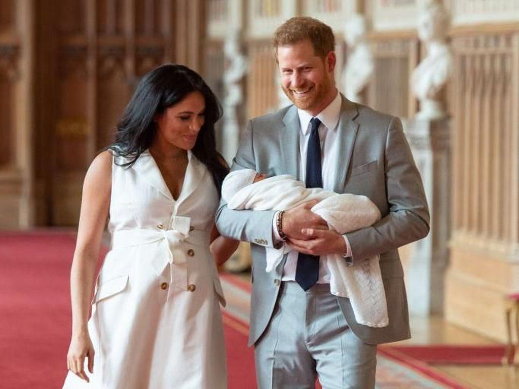 Pesan Tersembunyi di Baju Meghan Markle saat Foto Perdana Bersama Bayinya