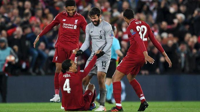 Alisson Becker menyebut Virgil van Dijk berperan dalam ketangguhan lini belakang Liverpool (Shaun Botterill/Getty Images)