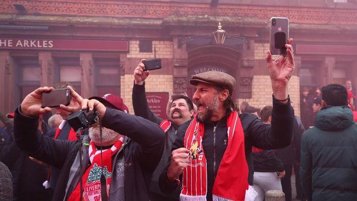 Suporter Liverpool merayakan kemenangan atas Barcelona. (Foto: Clive Brunskill/Getty Images)