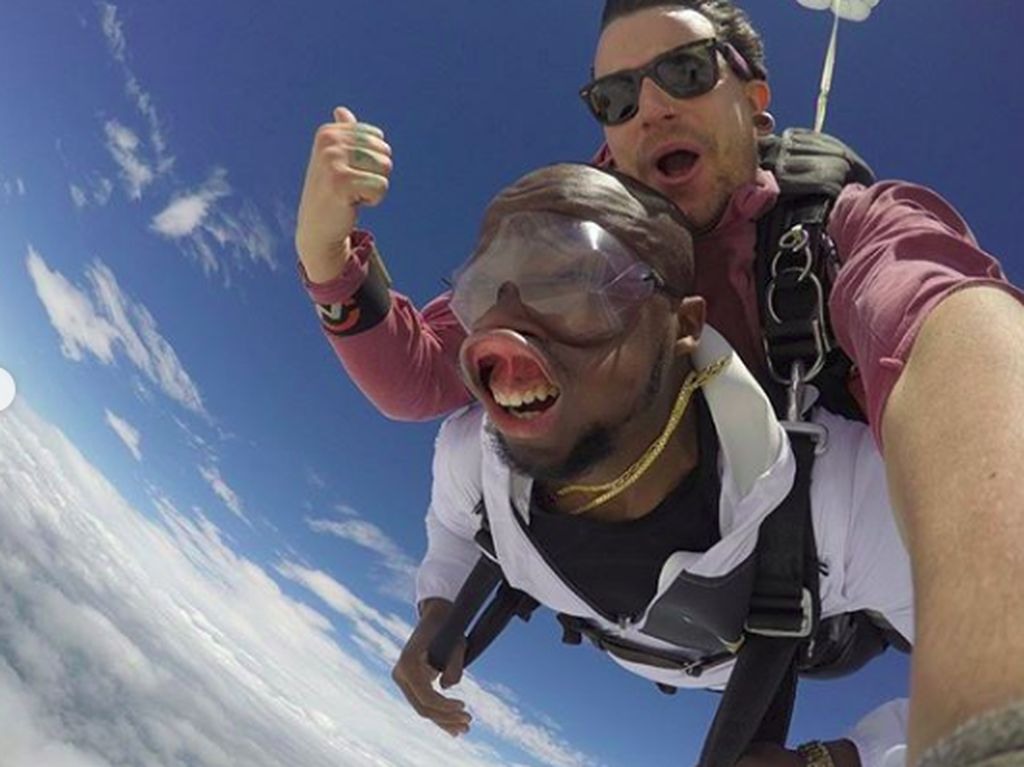 Foto Saat Skydiving, Pria Ini Malah Bikin Ngakak!