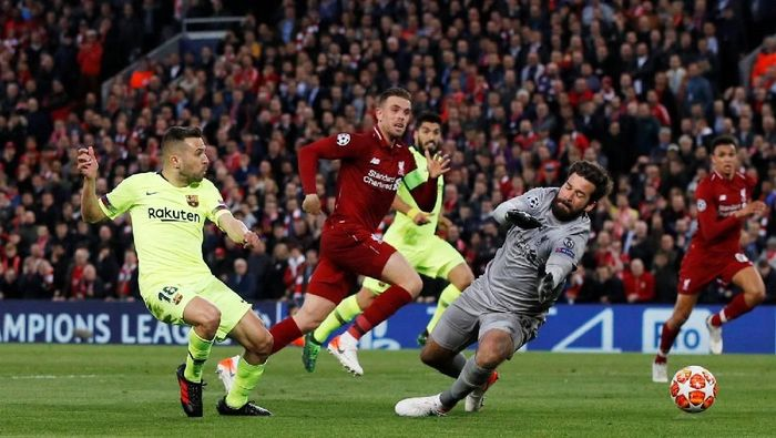 Kiper Liverpool, Alisson Becker, saat melawan Barcelona. (Foto: Phil Noble/Reuters)