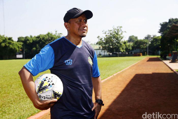 Rahmad Darmawan memimpin latihan PS TIRA Persikabo di Lapangan Pusdiksi Air Mancur Bogor, Jawa Barat.