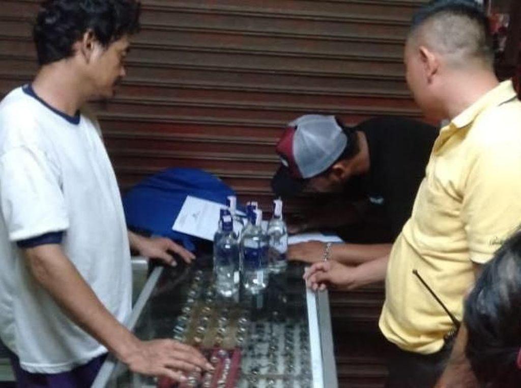 Polisi Tutup Warung Miras yang Beroperasi di Depan Masjid Bekasi
