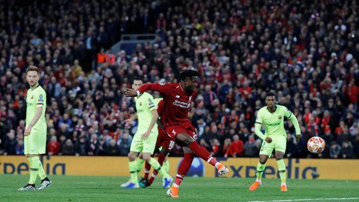 Divock Origi bebas mencetak gol keempat Liverpool ke gawang Barcelona (Phil Noble/Reuters)