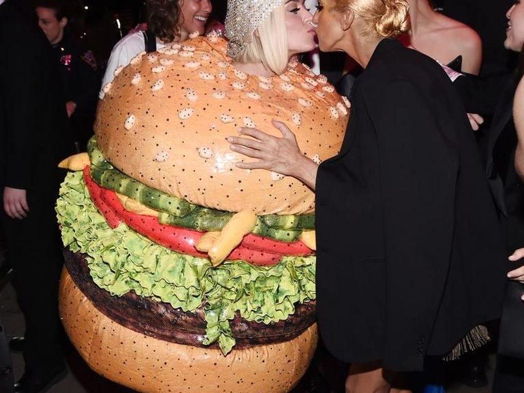 Tampil Nyentrik Sebagai Burger, Katy Perry Jadi Pusat Perhatian di Met Gala