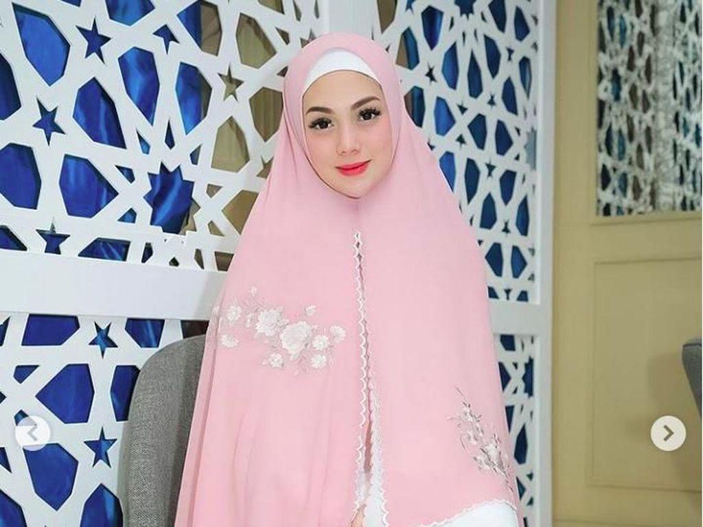 Cantiknya Celine Evangelista Pakai Hijab Syari, Banjir Pujian Netizen