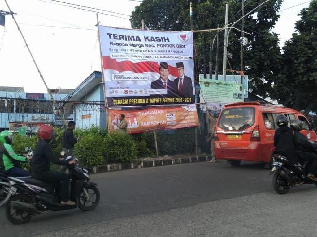 Lagi, Baliho Klaim Kemenangan Prabowo-Sandiaga di Bekasi Dicopot