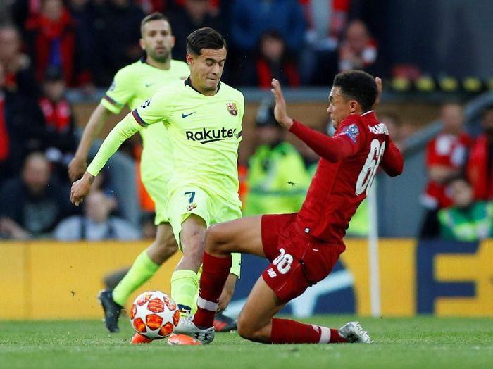 Trent Alexander-Arnold memperdaya Barcelona di Anfield (Phil Noble/REUTERS)
