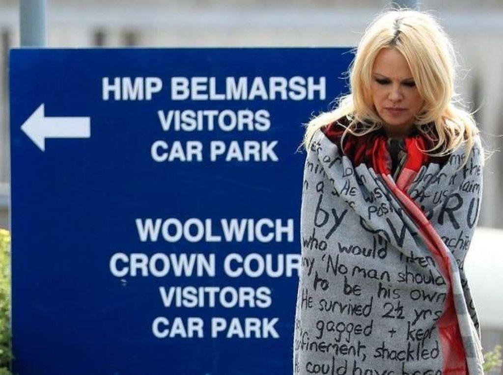 Pamela Anderson Merasa Mual Usai Kunjungi Julian Assange
