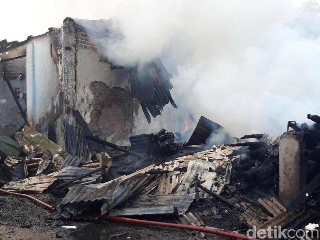 Pabrik Kerupuk Rumahan di Medaeng Terbakar, Asap Membubung Tinggi