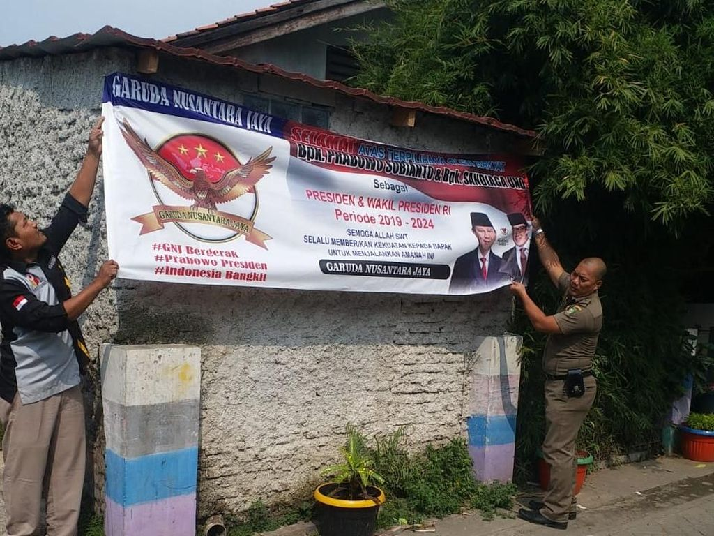 Spanduk Klaim Kemenangan Prabowo-Sandi di Karawaci Diturunkan Satpol PP