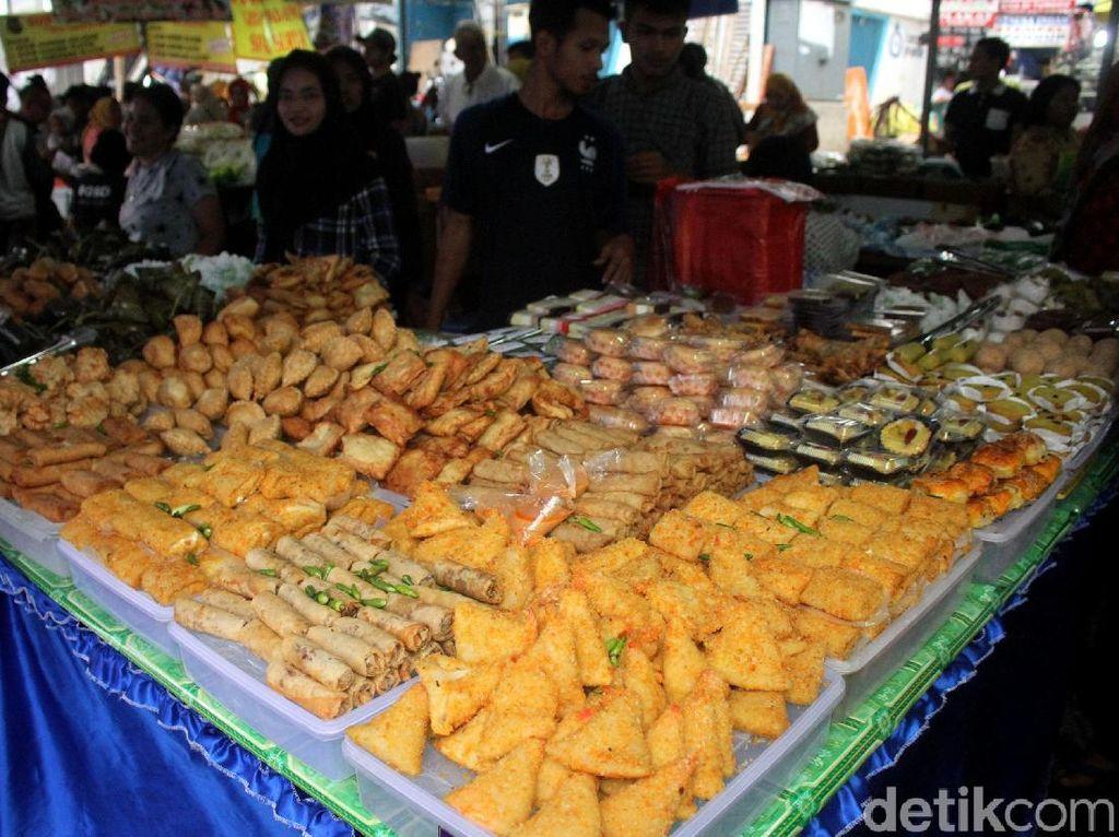 Laris Manis Takjil di Pasar Benhil