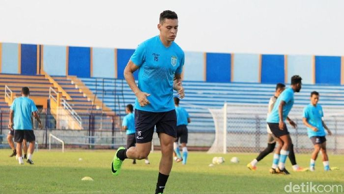Rafael Gomez de Oliveira, gelandang Persela Lamongan menjalani latihan perdana di Stadion Surajaya, Lamongan, Selasa (7/5/2019). (Eko Sudjarwo/detikSport)