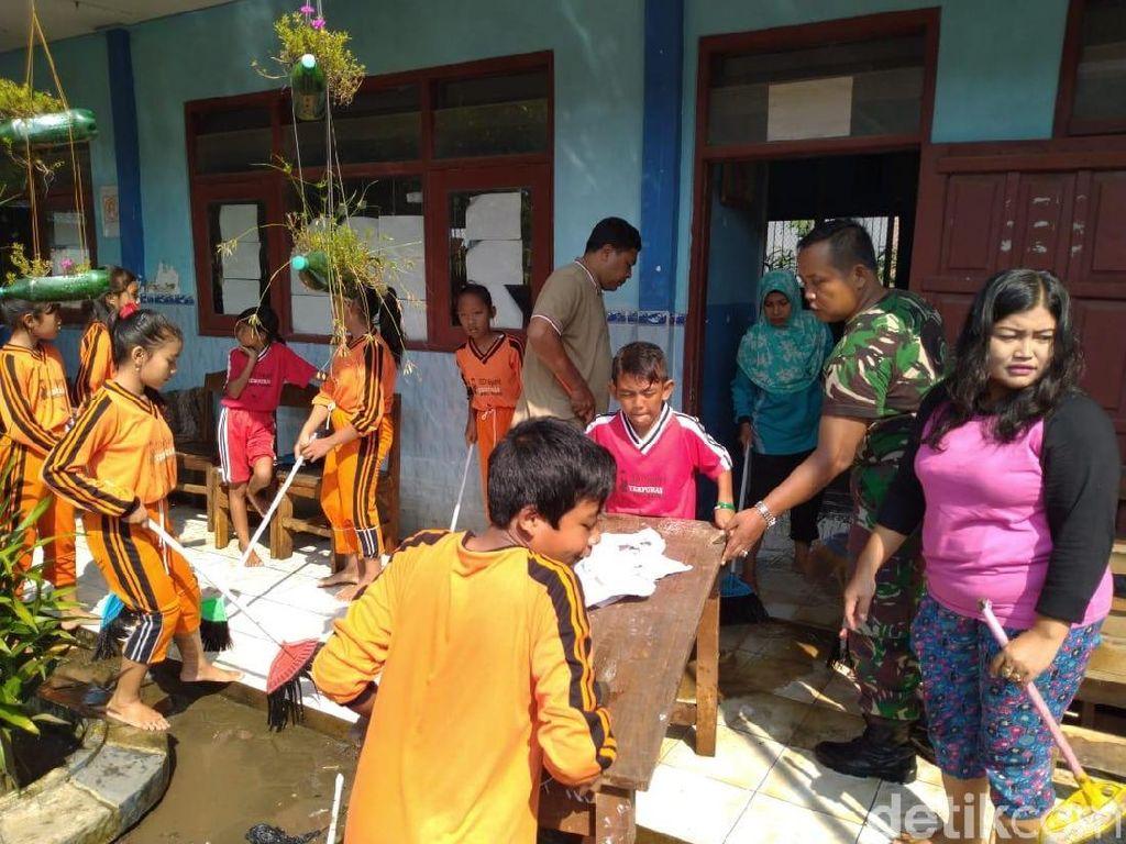 Masih Dipenuhi Lumpur Pasca Banjir, Siswa SD di Mojokerto Batal Belajar