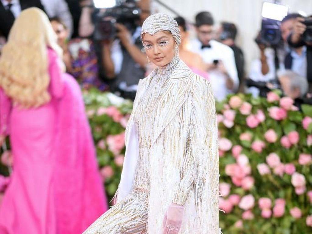 Adu Gaya Model Lingerie Victorias Secret di Pink Carpet MET Gala 2019