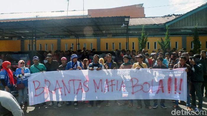 Sidang kedua kasus mafia bola kembali digelar. Massa suporter Persibara berkumpul di halaman PN Banjarnegara untuk mengawal pemberantasan mafia bola.
