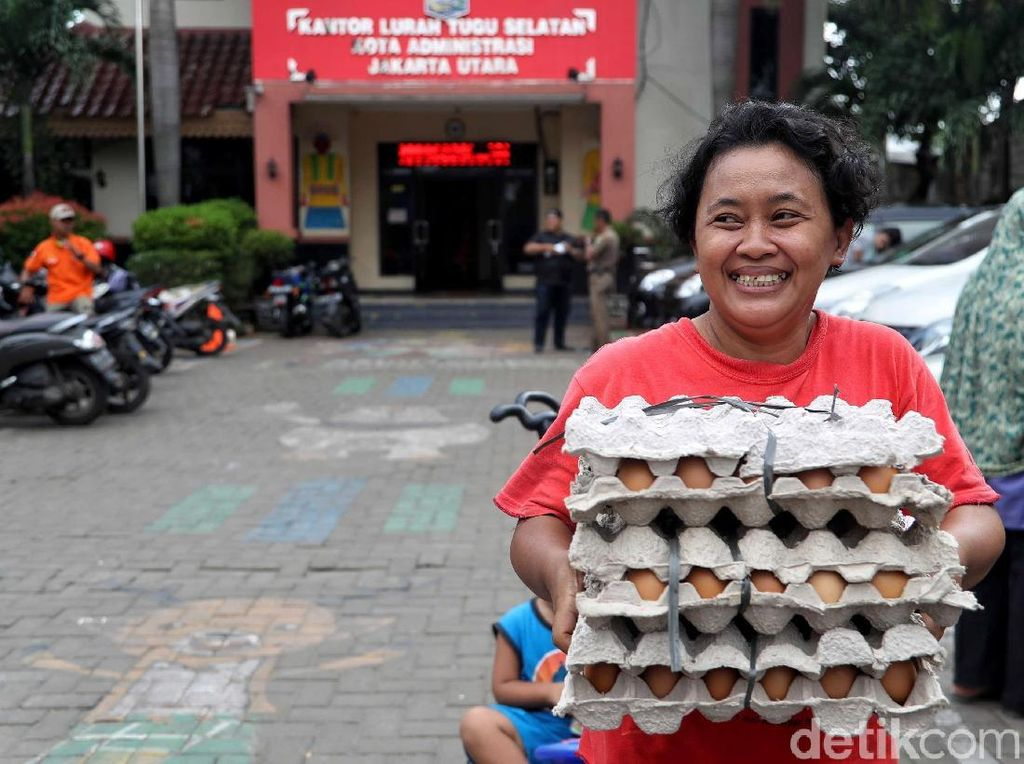 Senyum Cerah Warga Belanja Sembako di Pasar Murah Ramadhan