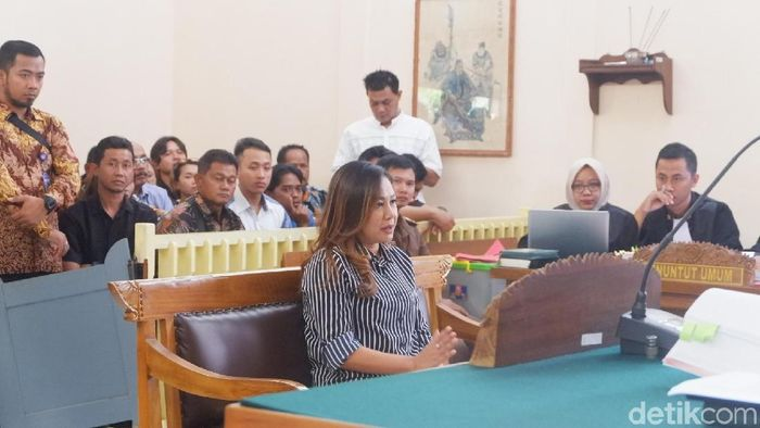 Mantan Manajer Persibara Lasmi Indaryani dalam persidangan mafia bola. (Foto: Uje Hartono/detikSport)