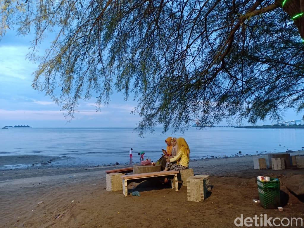 Menikmati Indahnya Pantai Bohai Sambil Menunggu Magrib