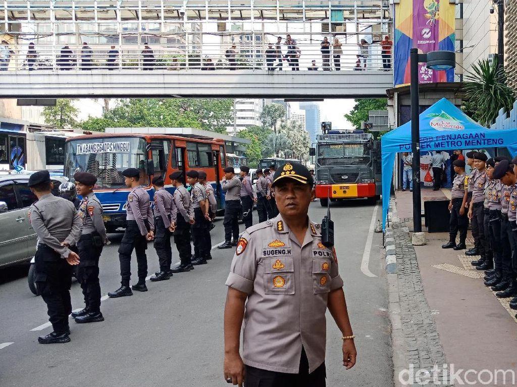 Massa Pendemo Berdatangan, Personel Gabungan Bersiaga di Bawaslu