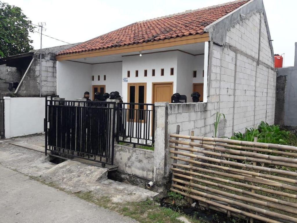 Ini Isi Rumah Terduga Teroris di Bekasi: Pin ISIS hingga Anak Busur