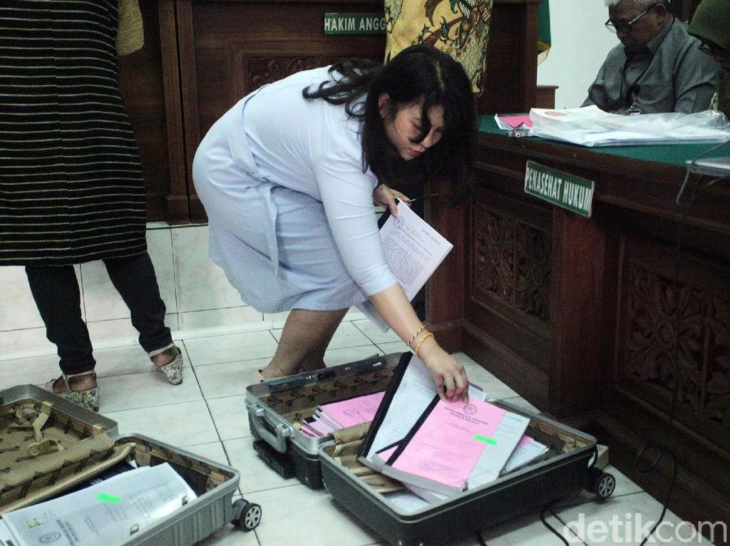 Penampakan Dua Koper Dokumen Bukti Status Tersangka Romahurmuziy