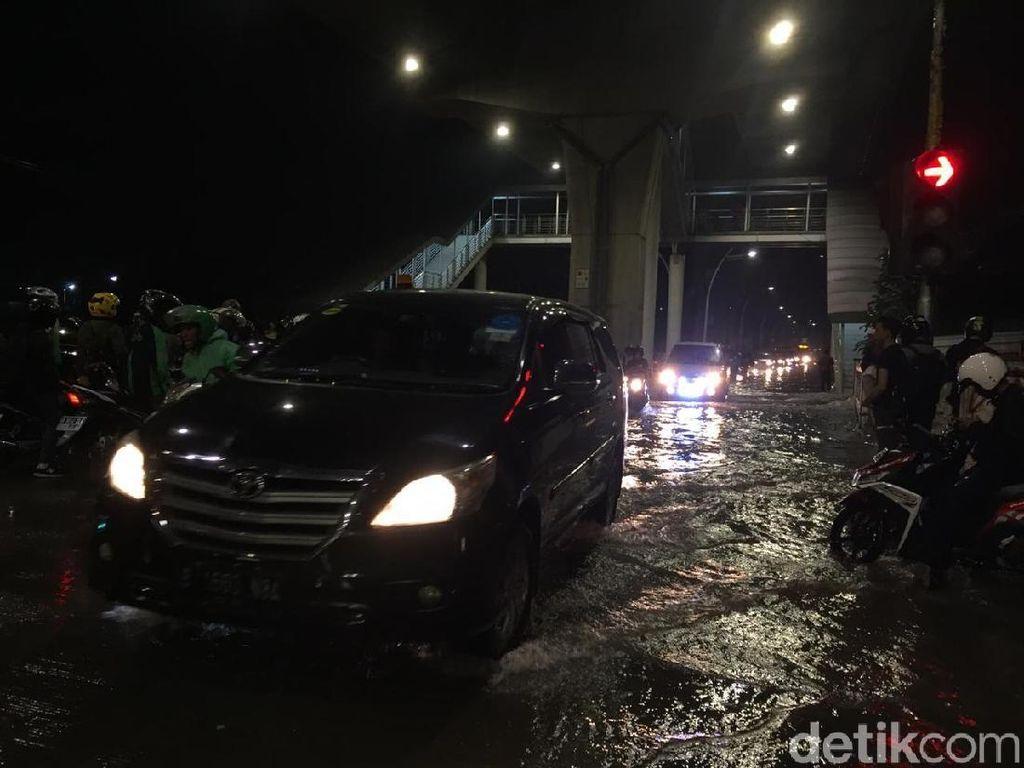 Jl Swadarma Raya Banjir, Kebayoran Lama Arah Ciledug Macet Parah