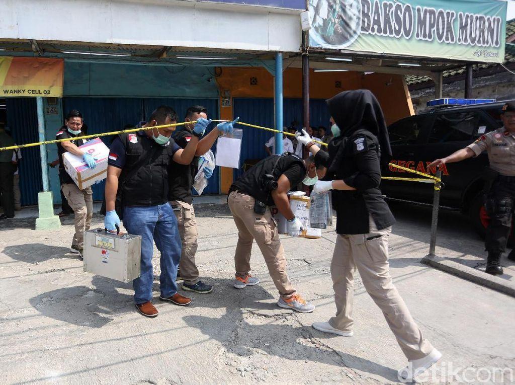 Densus Amankan 2 Koper Berisi Alat Peracik Bom-Buku di Toko HP Bekasi