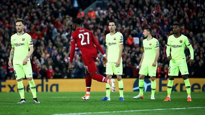 Pemain Barcelona terdiam saat striker Liverpool Divock Origi mencetak gol keempat di Stadion Anfield, Rabu (8/5/2019) dini hari WIB. (Foto: Clive Brunskill/Getty Images)