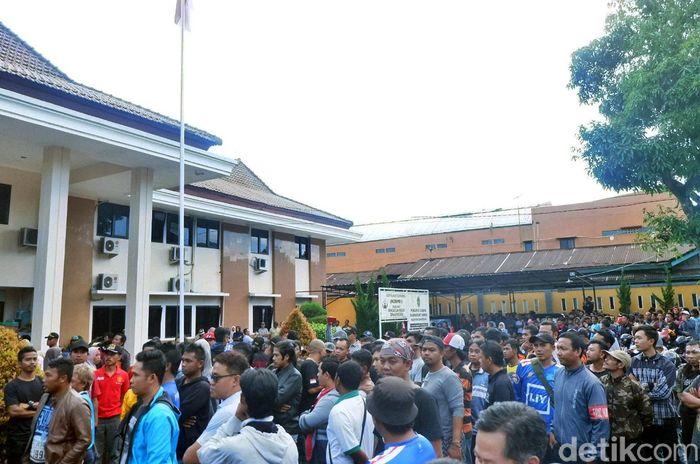 Massa berkumpul sambil menyanyikan lagu-lagu dukungan untuk Persibara Banjarnegara.