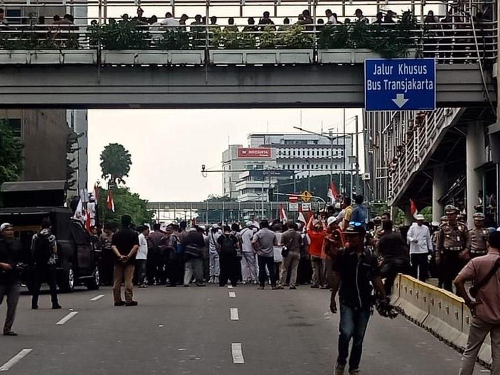Jalan Thamrin-Monas Tertutup Massa Demo di Bawaslu, Lalin Dialihkan