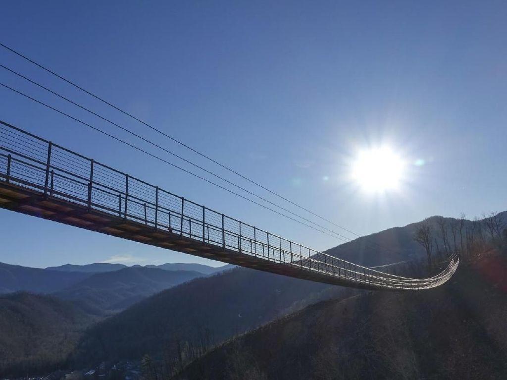Turis Pecahkan Kaca di Jembatan Terpanjang Amerika
