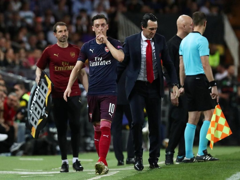 Balasan Oezil pada Fans Valencia: Ssst...!