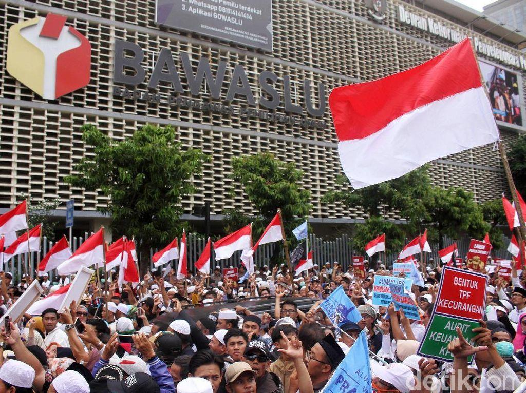 Begini Penampakan Massa Aksi di Depan Bawaslu