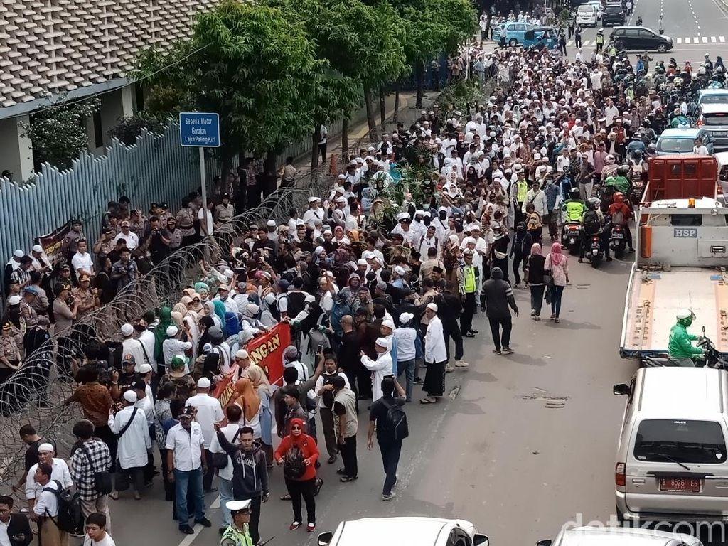 Aneka Cara Pendukung Prabowo Asal Karawang Hadiri Aksi 22 Mei