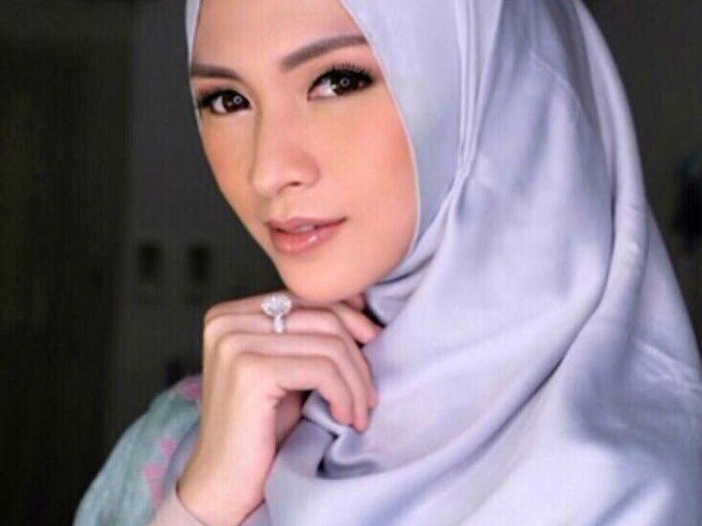 Usai Menutup Aurat, Donita Kebanjiran Kiriman Hijab