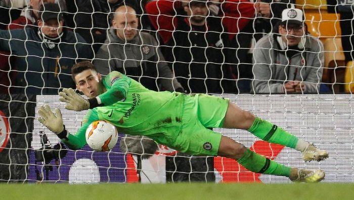 Kepa Arrizabalaga jadi pahlawan dalam adu penalti kontra Eintracht Frankfurt (John Sibley/Reuters)